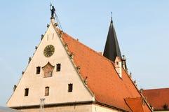 Statue de sonnerie de cloche de beffroi sur le toit Images stock