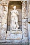 Statue de Sophia Wisdom devant la bibliothèque de Celsus, Image stock