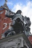 Statue de St George massacrant le dragon à Riga, Lettonie Image libre de droits
