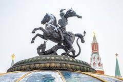 Statue de St George sur la place de Manege ou de Manezhnaya près de Moscou Kremlin en hiver, Russie photos stock
