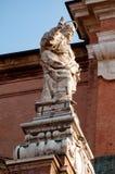 Statue de St Peter près de la façade de la cathédrale du Duomo de Bologna, Italie image stock