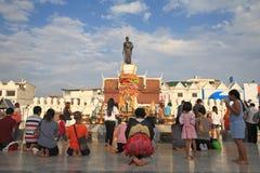 Statue de Suranaree de visite de touristes à adorer Photos libres de droits