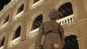 Statue de torero Manolo Montoliu sur Plaza de Toros dans la nuit Valence clips vidéos