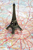 Statue de Tour Eiffel sur la carte de Paris Photo stock