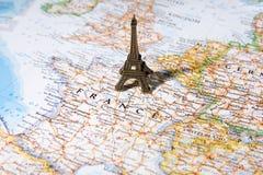Statue de Tour Eiffel sur une carte, Paris la plupart de ville romantique Images stock