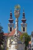 Statue de trinité sainte et église serbe dans Timisoara, Roumanie Photographie stock