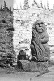Statue de vieil homme sur le coin de la maison ; Image libre de droits