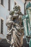 Statue de vieux prêtre avec le bébé à la vieille ville à Prague, Tchèque Repu Photo libre de droits