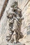 Statue de vieux prêtre avec le bébé à la vieille ville à Prague, Tchèque Repu Photos stock