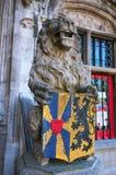 Statue de vintage d'un lion Détail de la basilique du sang saint à Bruges, place de Burg belgium images libres de droits