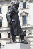 Statue de Winston Churchill avec sa main se reposant sur son bâton de marche et port d'un militaire images libres de droits