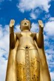 Statue debout d'or de Bouddha Photos stock