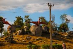 Statue degli uccelli antichi del dinosauro Modelli animali preistorici, sculture nella valle del parco nazionale in Baconao, Cuba Immagini Stock Libere da Diritti