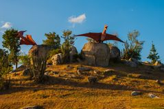 Statue degli uccelli antichi del dinosauro Modelli animali preistorici, sculture nella valle del parco nazionale in Baconao, Cuba Immagini Stock