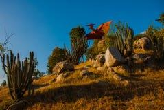 Statue degli uccelli antichi del dinosauro Modelli animali preistorici, sculture nella valle del parco nazionale in Baconao, Cuba Fotografie Stock