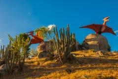 Statue degli uccelli antichi del dinosauro Modelli animali preistorici, sculture nella valle del parco nazionale in Baconao, Cuba Fotografia Stock