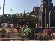 Statue dei buoi al tempio di Wat Preah Prom Rath in Siem Reap, Cambogia immagine stock libera da diritti