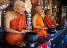 Statue dei monaci a Bangkok Tailandia fotografia stock libera da diritti