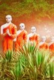 Statue dei monaci buddisti nel giardino del tempio della caverna di Dambulla fuori La Sri Lanka Immagine Stock Libera da Diritti