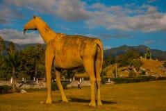 Statue del dinosauro sul campo Modelli animali preistorici, sculture nella valle del parco nazionale in Baconao, Cuba Immagine Stock