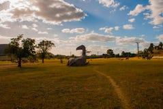 Statue del dinosauro sul campo Modelli animali preistorici, sculture nella valle del parco nazionale in Baconao, Cuba Fotografie Stock Libere da Diritti