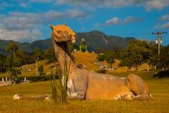 Statue del dinosauro sul campo Modelli animali preistorici, sculture nella valle del parco nazionale in Baconao, Cuba Fotografia Stock Libera da Diritti