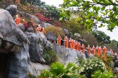 Statue del monaco buddista al tempio dorato Fotografia Stock Libera da Diritti