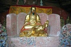 Statue del taoista che decorano un altare scolpito in roccia al supporto di Qiyun Immagine Stock