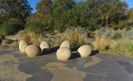 Statue dell'uovo di dinosauro sulla terra concreta del cemento fotografia stock libera da diritti