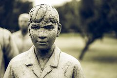 Statue delle donne in giardini pubblici nei toni neri orribili immagine stock libera da diritti