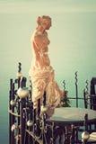 Statue der Aphrodite Abbildung der roten Lilie Stockfotos