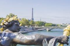 Statue in der Brücke von Alexandre III, Paris Stockbild