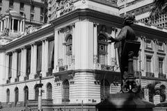 Statue der Carlos Gomes-Beherrschung und der Rio de Janeiro City-Halle auf Hintergrund lizenzfreie stockfotos