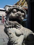 Statue der chinesischen Art eines Löwes am großartigen Palast in Bangkok, Thailand Stockfotos