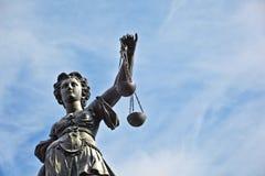 Statue der Dame Justice vor dem Romer Stockbilder