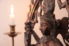 Statue der Göttin Shiva mit Kerze Stockbilder