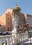 Statue der Jungfrau Maria im weißen Stein mit Baby Jesus stockfoto