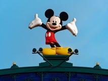 Statue der Mickymaus gegen hellblauen Himmelhintergrund an Disneyland-Funfair lizenzfreie stockbilder