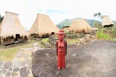 Statue der Mutter im traditionellen Dorf Wologai Stockbilder