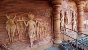 Statue der Naturschönheit mit Landwirt und Ochsen stockfotos