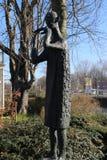 Statue der Person, die Pfeife durch Jan Snoeck spielt, schuf im Jahre 1960 und auf der Straße im voorburg, die Niederlande lizenzfreie stockfotos