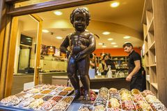 Statue der Schokolade von Manneken-pis in Brüssel, Belgien Lizenzfreie Stockfotos