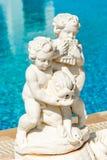 Statue an der Seite eines Swimmingpools Lizenzfreies Stockfoto
