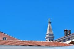 Statue an der Spitze des Kirchturms der Kirche von St. Euphemia, Rovinj, Kroatien lizenzfreie stockbilder