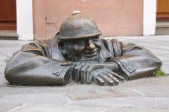 Statue der Straßenarbeitskraft in Bratislava lizenzfreies stockfoto