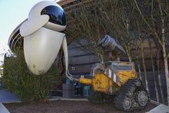 Statue der Wand - e und Eve in Discoveryland, Disneyland Paris lizenzfreies stockfoto