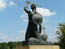 Statue der Warschau-Meerjungfrau durch die Weichsel, Warschau, Polen lizenzfreies stockfoto