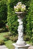 Statue des Amors im gemütlichen Garten Lizenzfreie Stockfotografie