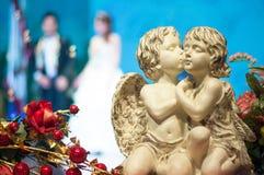 Statue des Amors und stieg an der Hochzeitszeremonie Stockbild