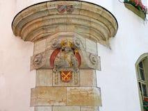 Statue des Bischofs auf der Fassade von Bischofshof in Regensburg lizenzfreies stockfoto